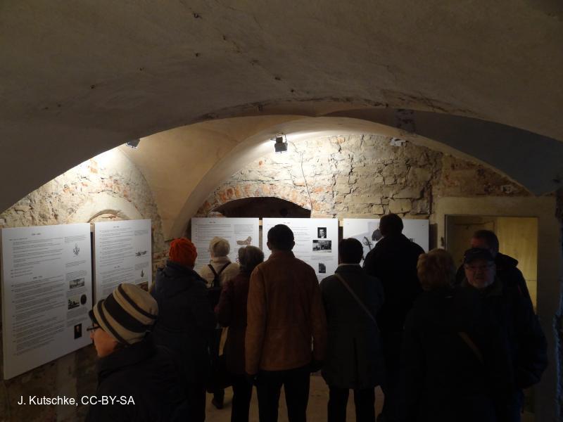 Besucher informieren sich über die Historie des Schlosses