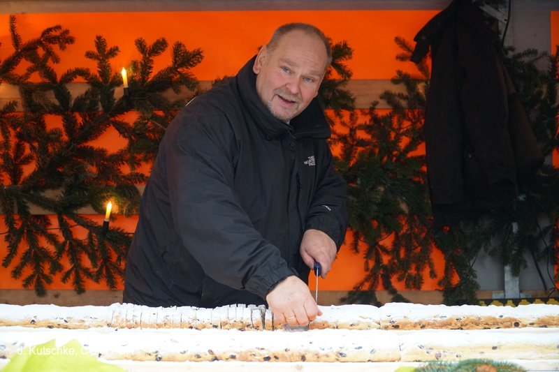 Bürgermeister Steffen Sang beim Stollenanschnitt